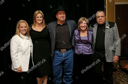 Mary Chapin Carpenter, Trisha Yearwood, Garth Brooks, Phyllis Williams, Kim Williams From left, Mary Chapin Carpenter, Trisha Yearwood, Garth Brooks, Phyllis Williams, and Kim Williams gather before the Nashville Songwriters Hall of Fame inductions, in Nashville, Tenn