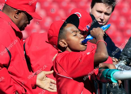 Dusty Baker, Darren Baker Darren Baker, 13, eats some sunflower seeds while watching batting practice with his father, Cincinnati Reds manager Dusty Baker, left, prior to Game 3 of the National League division baseball series against the San Francisco Giants, in Cincinnati