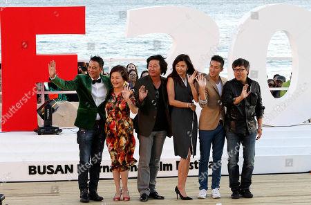 "Simon Yam, Kim Hye-sook, Kim Yoon-seok, Jeon Ji-hyun, Derek Tsang, Choi Dong-hoon From left, Hong Kong actor Simon Yam, South Korean actress Kim Hye-sook, actor Kim Yoon-seok, actress Jeon Ji-hyun, Hong Kong actor Derek Tsang and South Koean director Choi Dong-hoon pose at the Open Talks to promote their move ""The Thieves"" during the Busan International Film Festival in Busan, South Korea"