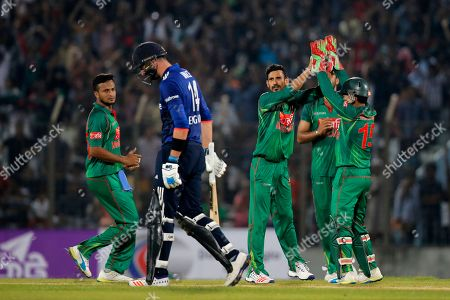 Bangladesh's Nasir Hossain, third left, celebrates with his teammates the dismissal of England's James Vince, second left, during their third one-day international cricket match in Chittagong, Bangladesh