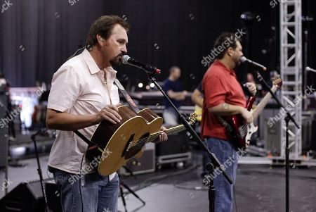 Marty Roe, Dana Williams Diamond Rio's Marty Roe, left, and Dana Williams, right, rehearse for the All for the Hall concert, in Nashville, Tenn. All for the Hall, headlined by Keith Urban and Vince Gill, is a benefit for the Country Music Hall of Fame and Museum