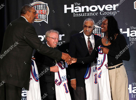 Katrina McClain, Mel Daniels, Phil Knight, Chet Walker Naismith Memorial Basketball Hall of Fame inductee Katrina McClain, right, shakes hands with fellow inductee Mel Daniels, left, as they are introduced with Phil Knight, second left, and Chet Walker, second right, at a news conference in New Orleans