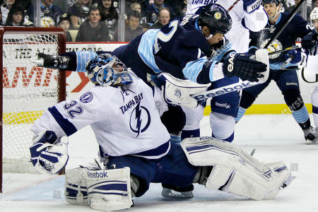 Mathieu Garon, Richard Park Pittsburgh Penguins' Richard Park (12) collides with Tampa Bay Lightning goalie Mathieu Garon (32) in the second period of an NHL hockey game in Pittsburgh . The Penguins won 4-2