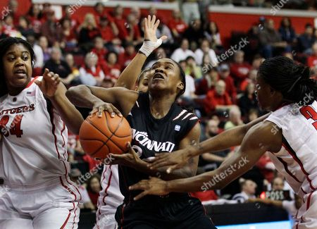 Bjonee Reaves, Monique Oliver, Erica Wheeler Cincinnati's Bjonee Reaves, center, looks to take a shot as she splits Rutgers defenders Monique Oliver (34), and Erica Wheeler, right, during the first half of an NCAA college basketball game in Piscataway, N.J., . Oliver had 15 points in Rutgers' 58-47 win. Reaves had 15 points for Cincinnati