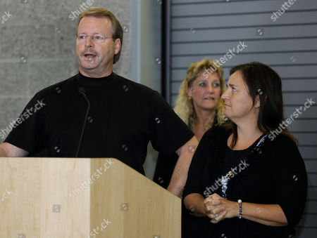 Curt Knox Amanda Knox's father, Curt Knox, left, talks to reporters as her mother, Edda Mellas, looks on at right, in Seattle. Amanda Knox was freed Monday after an Italian appeals court threw out her murder conviction for the death of her British roommate, Meredith Kercher