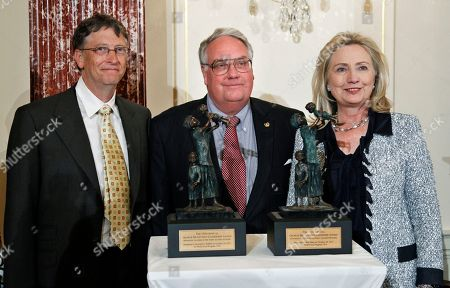 Hillary Rodham Clinton, Howard Buffett, Bill Gates World Food Program's 2011 George McGovern Leadership Award recipients Bill Gates, left, and Howard Buffett, pose with Secretary of State Hillary Rodham Clinton, at the conclusion of a ceremony honoring Gates and Buffet at the State Department in Washington