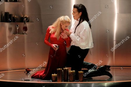 "Nadja Michael Nadja Michael, left, plays Lady Macbeth and Thomas Hampson, right, plays Macbeth during a dress rehearsal of Verdi's ""Macbeth"" at the Lyric Opera in Chicago"