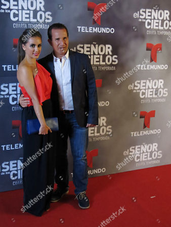 """In this March 28, 2016 photo, Mexican actor Plutarco Haza, right, and his wife Ximena del Toro pose for photos on the red carpet of the fourth season of Telemundo's """"El senor de los cielos"""" in Mexico City."""