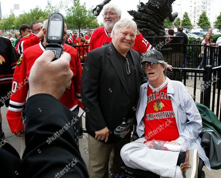 Bobby Hull Chicago Blackhawks legend Bobby Hull poses for pictures with fans as he enters the United Center before the start of Game 5 of the NHL Stanley Cup hockey finals between the Blackhawks and the Philadelphia Flyers, in Chicago