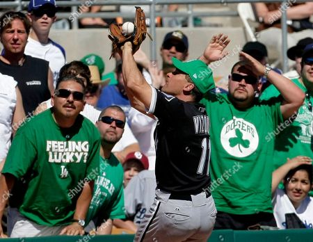 Omar Vizquel Chicago White Sox shortstop Omar Vizquel catches a foul ball hit by Los Angeles Dodgers' Garret Anderson as fans watch in the fourth inning in a spring training baseball game, in Glendale, Ariz. The White Sox won 5-1