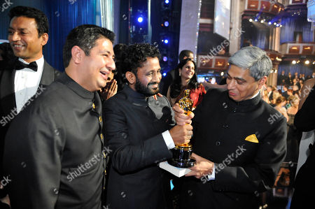 """Resul Pookutty, Vikas Swarup Slumdog Millionaire"""" winners Resul Pookutty and Vikas Swarup hold the Oscar as they celebrate backstage at the 81st Academy Awards, in the Hollywood section of Los Angeles"""