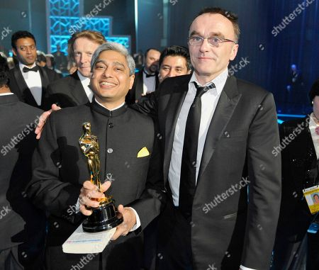 """Danny Boyle, Vikas Swarup Danny Boyle, right, winner of the best director Oscar for """"Slumdog Millioniaire,"""" joins Vikas Swarup, author of the original book of the same name, backstage at the 81st Academy Awards, in the Hollywood section of Los Angeles"""
