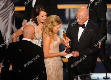 """Kim Ledger, Sally Bell, Kate Ledger SCIENCES FOR USE UPON CONCLUSION OF THE ACADEMY AWARDS TELECAST**Heath Ledger's father Kim Ledger, right, sister Kate, center, and mother Sally Bell accept the Oscar for best supporting actor on behalf of Heath Ledger who won for his work in """"The Dark Knight"""" during the 81st Academy Awards, in the Hollywood section of Los Angeles"""
