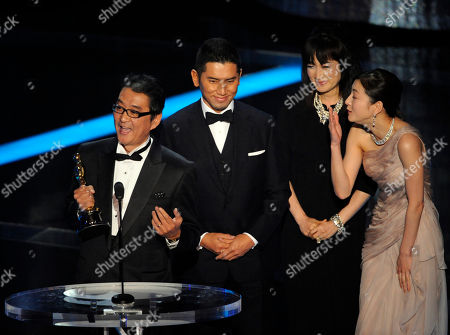 """Yojiro Takita, Masahiro Motoki, Kimiko Yo, Ryoko Hirosue SCIENCES FOR USE UPON CONCLUSION OF THE ACADEMY AWARDS TELECAST**Director Yojiro Takita, from left, Masahiro Motoki, Kimiko Yo and Ryoko Hirosue accept the Oscar for best foreign language film for """"Departures"""" during the 81st Academy Awards, in the Hollywood section of Los Angeles"""