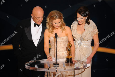 """Kim Ledger, Sally Bell, Kate Ledger SCIENCES FOR USE UPON CONCLUSION OF THE ACADEMY AWARDS TELECAST**Heath Ledger's father Kim Ledger, left, sister Kate and mother Sally Bell accept the Oscar for best supporting actor on behalf of Heath Ledger who won for his work in """"The Dark Knight"""" during the 81st Academy Awards, in the Hollywood section of Los Angeles"""