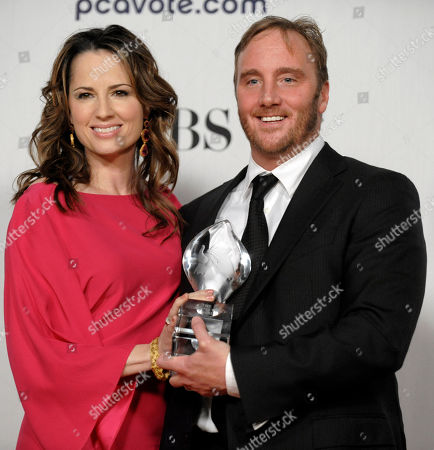 """Paula Marshall, Jay Mohr Paula Marshall, left, and Jay Mohr pose for a photo with their favorite new TV comedy award for """"Gary Unmarried,"""" backstage at the 35th Annual People's Choice Awards on in Los Angeles"""