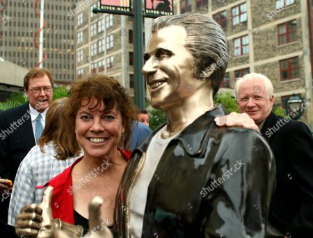 """Erin Moran, Don Most Erin Moran, who played Joanie Cunniham on """"Happy Days,"""" poses with a bronze statue of the """"Happy Days"""" character, Arthur Fonzarelli, also known as """"The Fonz,"""" at an unveiling, in Milwaukee. The program, which ran from 1974-1984, was based in Milwaukee. At right is Don Most, who played Ralph Malph in the series"""