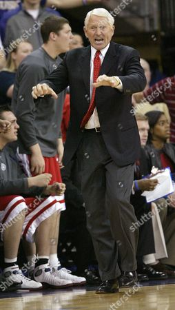 OLSON Arizona head coach Lute Olson calls to his team in the first half against Washington, at Hec Edmundson Pavilion in Seattle. History eluded Olson, who was trying to beat John Wooden's record of 304 Pac-10 wins, Saturday as Arizona lost 93-85 to Washington