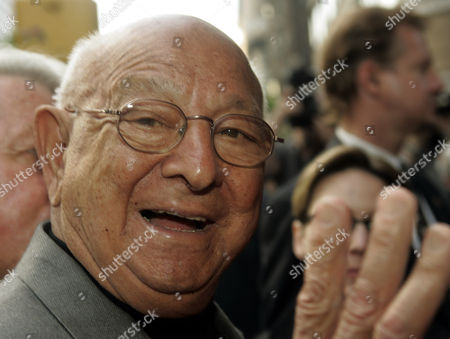 """DUNDEE Boxing trainer Angelo Dundee and fight coordinator for """"Cinderella Man,"""" starring Russell Crowe and Renee Zellweger, arrives for a benefit screening of the film, in New York. """"Cinderella Man"""" opens in theaters across the country, Friday, June 3"""