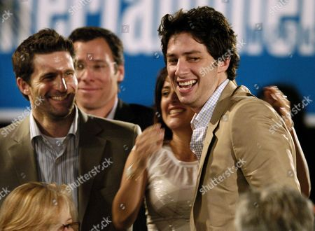"BRAFF ABDY GILBERT Writer Zach Braff, right, is congratulated by producers Pamela Abdy and Gary Gilbert after he won for best first screenplay for his work on ""Garden State,"" at the 20th IFP Independent Spirit Awards, in Santa Monica, Calif"