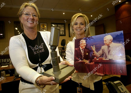 "REXING Cathy Hadd, left, holds ""Johnny's Mic"" as Debbie Rexing, right, both of Heritage Galleries & Auctioneers, holds a portrait of Johnny Carson and Ed McMahon with the microphone on Carson's desk of the ""Tonight Show"", in Dallas. The microphone is being sold Friday in a publice auction by Heritage"