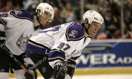 ROBITAILLE Los Angeles Kings Jeremy Roenick, right, and Luc Robitaille await a face-off against the Detroit Red Wings in the second period of their NHL hockey game in Detroit