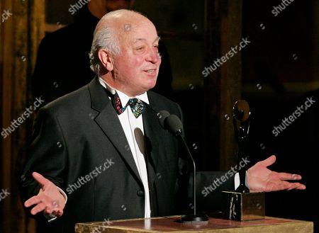 ARCHIV - Seymour Stein, aufgenommen am 14. Maerz 2005 in New York, USA. Stein gruendet eine neue Plattenfirma. (AP Photo/Julie Jacobson) ** zu unserem KORR ** --- FILE- Seymour Stein accepts his award during the Rock and Roll Hall of Fame induction ceremony in New York