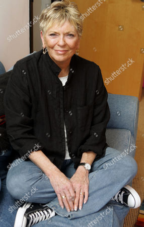 Linda Ellerbee Journalist Linda Ellerbee poses in New York. Ellerbee, a veteran newswoman who wrote an irreverent best-seller about her time on television and built a second career at Nickelodeon explaining tough stories to youngsters, says that she's signing off the air for good. Ellerbee, 71, said, that she's retiring from TV after Nickelodeon airs a one-hour retrospective of her work Dec. 15