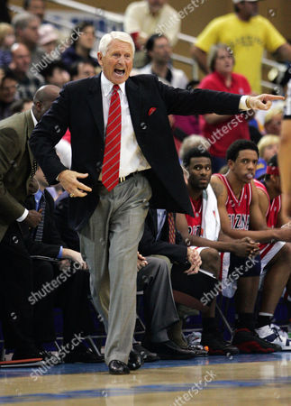 OLSON Arizona's head coach Lute Olson yells at a referee during the first half against UCLA, in Los Angeles