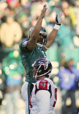 EAGLES FALCONS Philadelphia Eagles quarterback Donovan McNabb makes a touchdown sign after running back Dorsey Levens scores a touchdown in the first quarter of the NFC championship game in Philadelphia