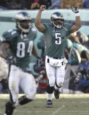 EAGLES FALCONS Philadelphia Eagles quarterback Donovan McNabb celebrates the touchdown run of running back Dorsey Levens in the first quarter of the NFC championship game in Philadelphia