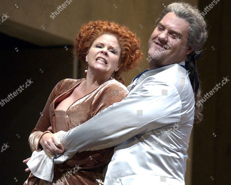 TERFEL GRAHAM Bryn Terfel as Don Giovanni and Susan Graham as Donna Elvira perform in act one during dress rehearsal of the Lyric Opera's presentation of Don Giovanni in Chicago. The show opens the Lyric's golden jubilee season
