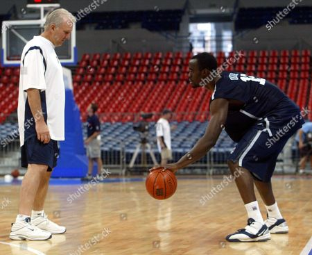 OKAFOR Assistant coach Gregg Popovich,left, watches Emeka Okafor of the USA basketball team in the action during a training session in Belgrade's Arena Hall, . USA team will play exhibition match against Serbia-Montenegro on Friday, August 6, as a part of training for summer Olympic Games in Athens