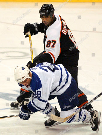 DOMI BRASHEAR Philadelphia Flyers' Donald Brashear (87) slashes Toronto Maple Leafs' Tie Domi (28) in the third period of their second-round NHL playoff series game, in Philadelphia. The Flyers won, 7-2, to take a 3-2 series lead. Brashear received a two-minute penalty on the play