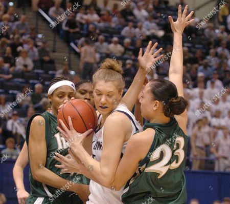 BROWN HERNANDZ BATTEAST Penn State's Amanda Brown (15) is trapped in the first half by Notre Dame's Monique Hernandz (23), right, and Jacqueline Batteast (21) at the women's NCAA East Regional semi-finals in Hartford, Conn