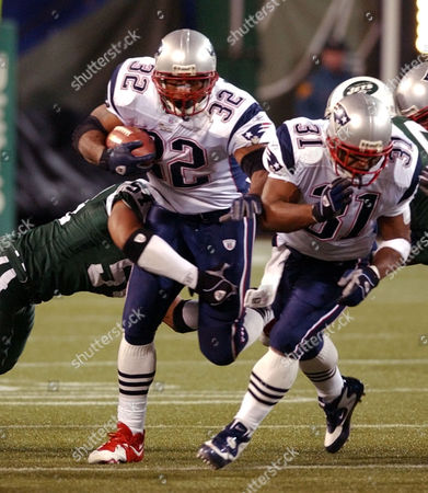 CENTERS SMITH HOBSON New England Patriots running back Antowain Smith (32) breaks a tackle by New York Jets linebacker Victor Hobson, left, as he follows fullback Larry Centers (31) during the fourth quarter Saturday night, at Giants Stadium in East Rutherford, N.J. Smith rushed for 121 yards as the Patriots beat the Jets 21-16