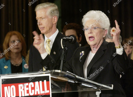DAVIS RICHARDS Former Texas Gov. Ann Richards speaks out in support of Gov. Gray Davis, left, during an anti-recall rally in West Hollywood, Calif