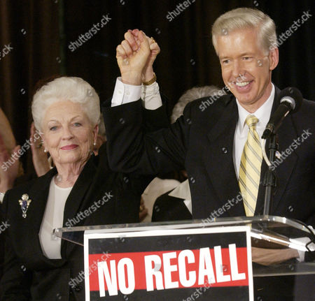 DAVIS RICHARDS Former Texas Gov. Ann Richards and California Gov. Gray Davis join hands during an anti-recall rally in West Hollywood, Calif