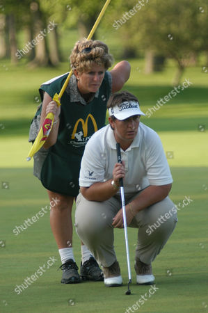 MILLS Australia's Joanne Mills and her caddy Ellie Gibson, eye a putt at hole 18 during round 1 of the LPGA Championship at the DuPont Country Club in Wilmington, Del