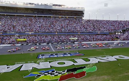 PARK Led by pole-sitter Steve Park, drivers take the green flag to start the NASCAR Pepsi 400 under the lights, at the Daytona International Speedway in Daytona Beach, Fla
