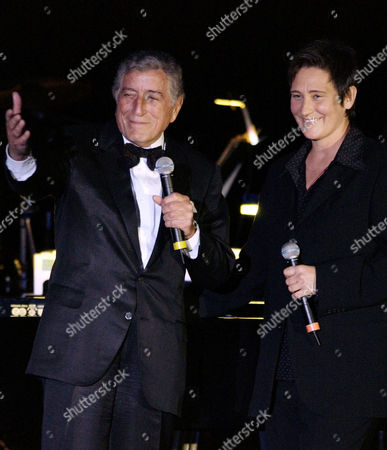 "BENNETT LANG Music recording artists Tony Bennett, left, and k.d lang. perform at ""An Evening to Remember Rosemary Clooney,"" in Beverly Hills, Calif"