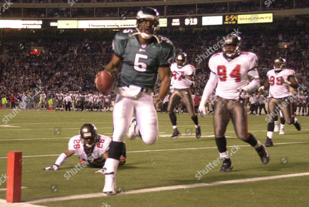 SAPP Philadelphia Eagles quarterback Donovan McNabb, center, rushes into the end zone as Tampa Bay Buccaneers' Dwight Smith (26), Simeon Rice (97), Greg Spires (94) and Warren Sapp (99) give chase during the fourth quarter, in Philadlephia. The Eagles won 20-10