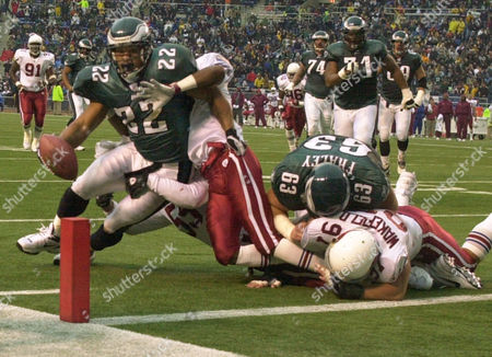 FRAWLEY Philadelphia Eagles' Duce Staley, left, drags Arizona Cardinals' Michael Young, bottom, and Duane Starks, partially obscured, into the end zone for a touchdown as Eagles' Hank Fraley (63) blocks Cardinals' Fred Wakefield (97) in the second quarter, in Philadelphia. The Eagles won 38-14