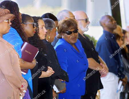 """ENGLISH CARTER Actress Ellia English, center, greets mourners as she arrives for the funeral of entertainer Nell Carter in Culver City, Calif. Carter, who died Thursday at age 54 after collapsing in her home, won a 1978 Tony Award for the Broadway musical """"Ain't Misbehavin,"""" and was remembered by friends for her powerful stage presence"""
