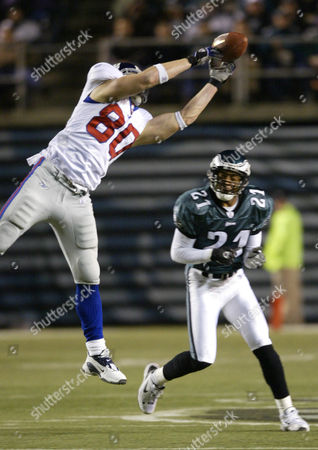 SHOCKEY TAYLOR New York Giants Jeremy Shockey (80) fails to catch a pass as Philadelphia Eagles Bobby Taylor defends in the second quarter of their game in Philadelphia, Monday evening