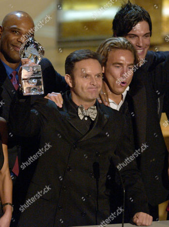"BURNETT Producer Mark Burnett holds up the award for favorite reality series along with members of the cast of ""Survivor: Thailand"" at the 29th Annual People's Choice Awards, in Pasadena, Calif. At left is Ted Rogers, Jr and at right are Jed Hildebrand and Robb Zbacnik, far right"