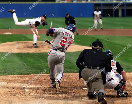KELLOGG Montreal Expos' Vladimir Guerrero (27) breaks his bat as he hits a one-RBI single off of Chicago White Sox starting pitcher Dan Wright in the fourth inning at Comiskey Park in Chicago. Home plate umpire Jeff Kellogg and White Sox catcher Mark Johnson look on