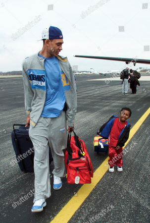 JEFFRIES DAVIS Indiana forward Jared Jeffries, left, and Antoine Davis, three-year-old son of coach Mike Davis, make their way to the team bus at the Monroe County Airport in Bloomington, Ind., after returning from Atlanta where they were defeated in the NCAA Championship game by Maryland