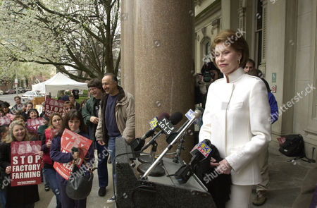 "MOORE Actress Mary Tyler Moore addresses supporters rallying against factory farming at the Statehouse in Trenton, N.J., . Actor Grant Aleksander of the ""Guiding Light"" and Assemblywoman Loretta Weinberg, D-Bergen, also participated in the rally. New Jersey is the only state with a law requiring the ""humane"" raising of farm animals"