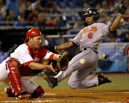 MORA LIEBERTHAL Baltimore Orioles' Melvin Mora (6) beats the throw to Philadelphia Phillies catcher Mike Lieberthal to score in the seventh inning off a ground out by Jeff Conine, in Philadelphia
